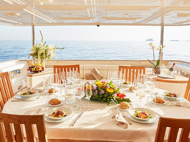Yachts - TissoT Real Estate : Ferretti Custom pièces